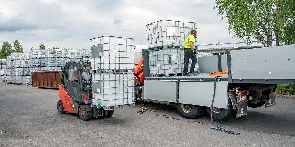 ibc-kontteja lastataan kuorma-autoon