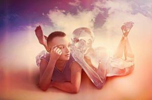 Un homme allongé sur un nuage écoute un ange lui parler à l'oreille