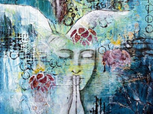 Visage de femme mains jointes devant ses lèvres