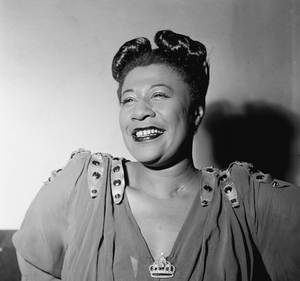 Ella Fitzgerald souriante, photo en noir et blanc