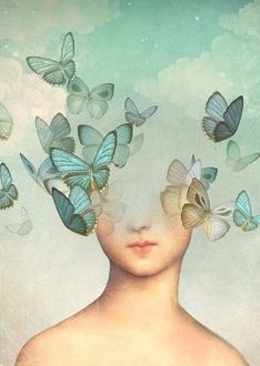 Visage de jeune femme dont le haut disparaît sous un envol de papillons