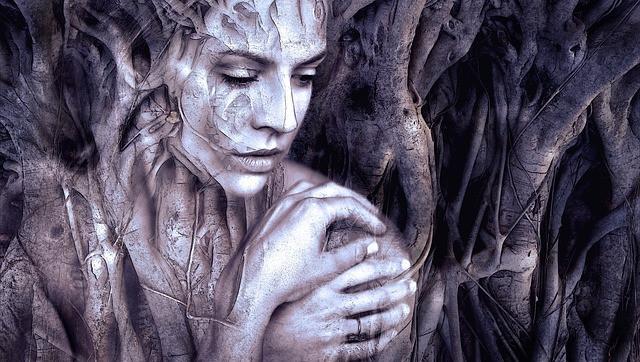 En noir et blanc, une femme en silhouette qui se mélange à des troncs d'arbres