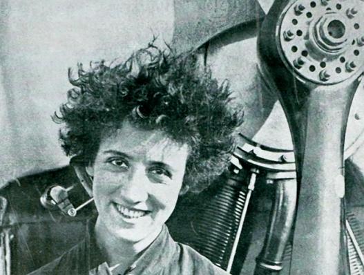 Adrienne Bolland prise devant l'hélice de son avion, photo en noir et blanc