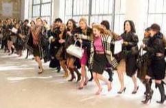 Haie de femmes enthousiastes et joyeuses