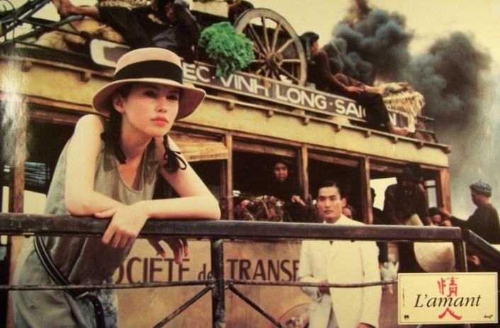 Affiche du film L'amant de Jean Jacques Annaud représentant la jeune  fille accoudée au bastingage du bateau, l'homme s'approche