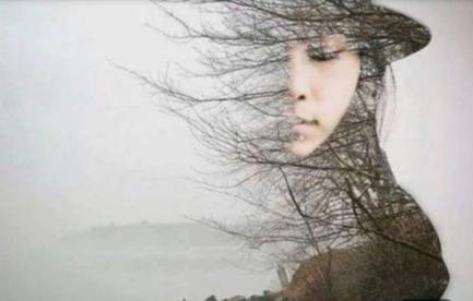 Visage de femme portant chapeau à demi effacé, effet de vent