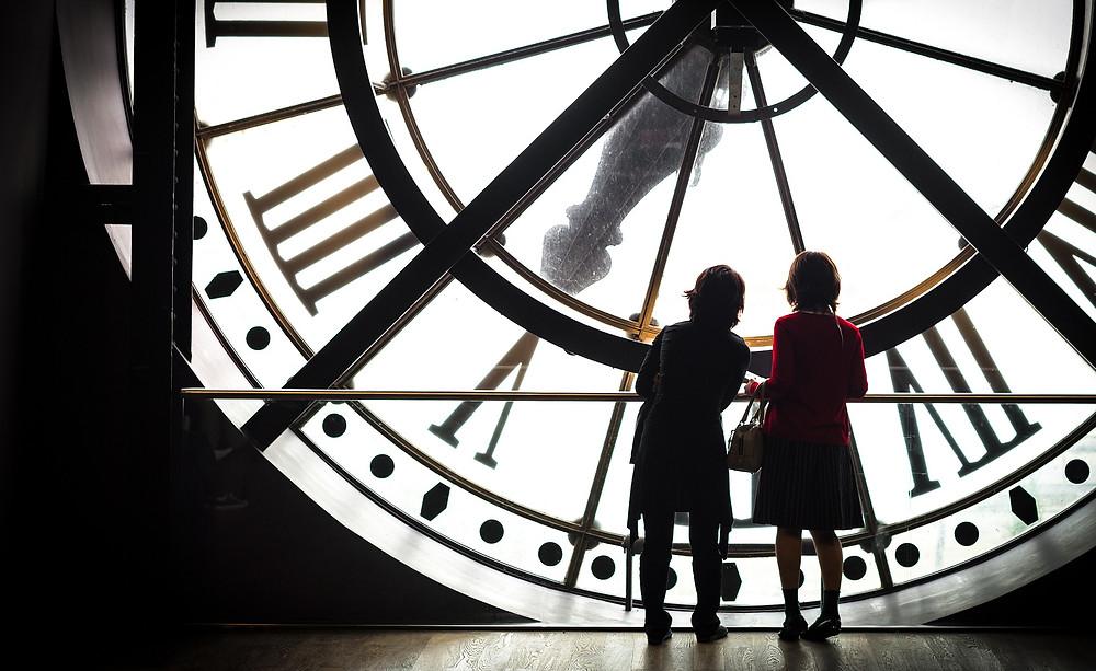 Deux silhouettes face à l'horloge du musée d'Orsay