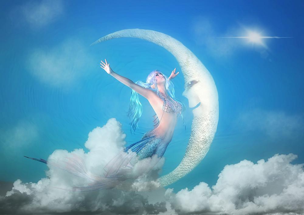 En plein ciel, femme ouvrant les bras face au croissant de lune