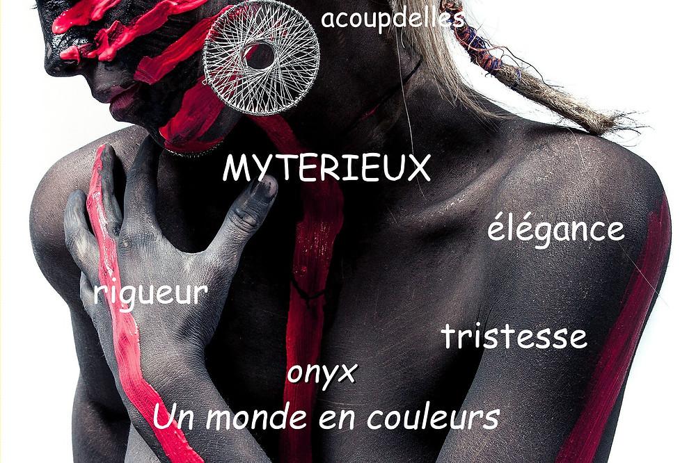 Femme peinte en noir avec filets de rouge sur le visage