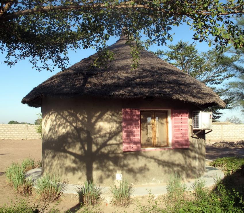 Première case construite au campement Lew Lewal en Casamance
