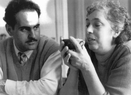 Photo de Léon et Clémentine qui tient de ses deux mains une tasse à café