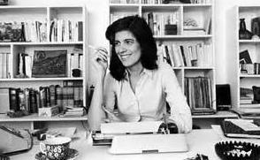 Portrait de Susan Sontag à son bureau
