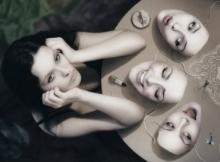 Femme accoudée devant trois masques