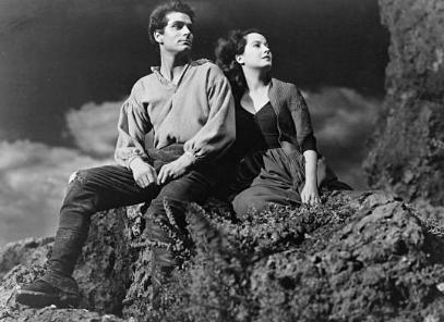 Photo du film Les hauts de Hurlevent tourné en 1939, représentant Heathcliff et Catherine assis sur un rocher dans la lande.