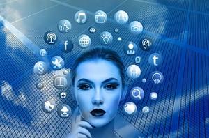 sur fond de maillage bleu, visage de femme entouré d'un halo de sigles multimédia