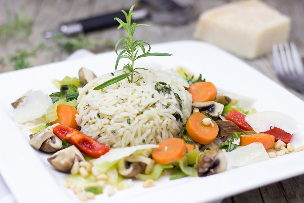 Plat végétarien riz et petits légumes
