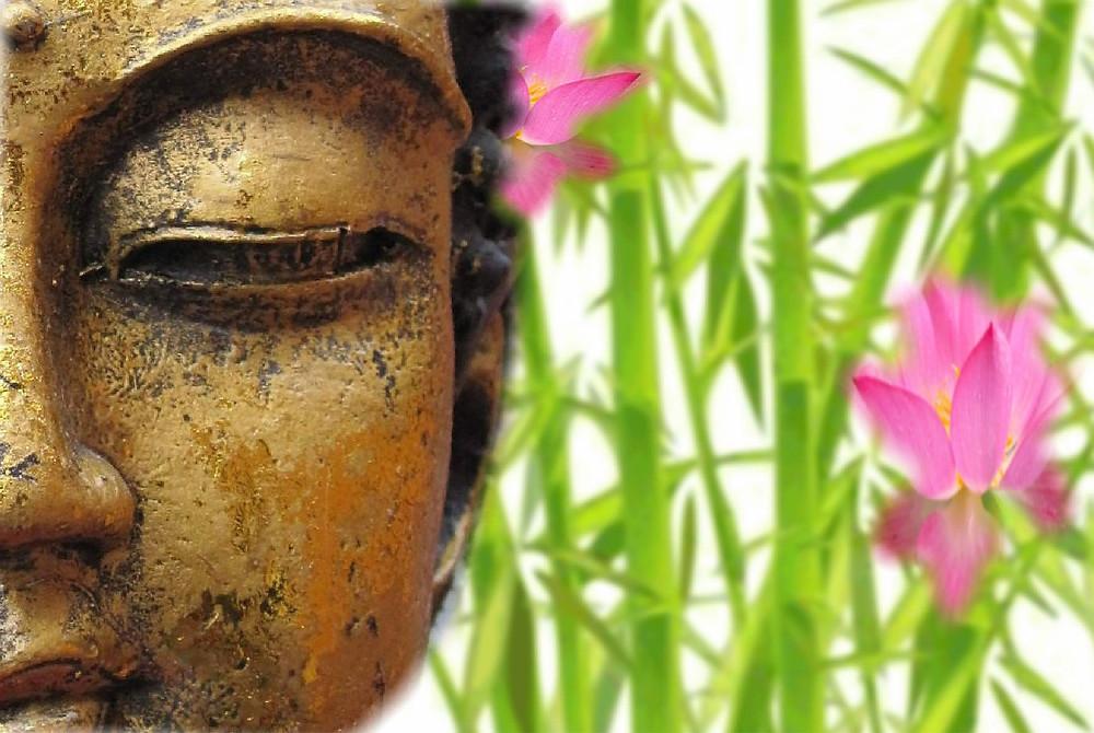 Une partie du visage de bouddha avec bambou fleuri