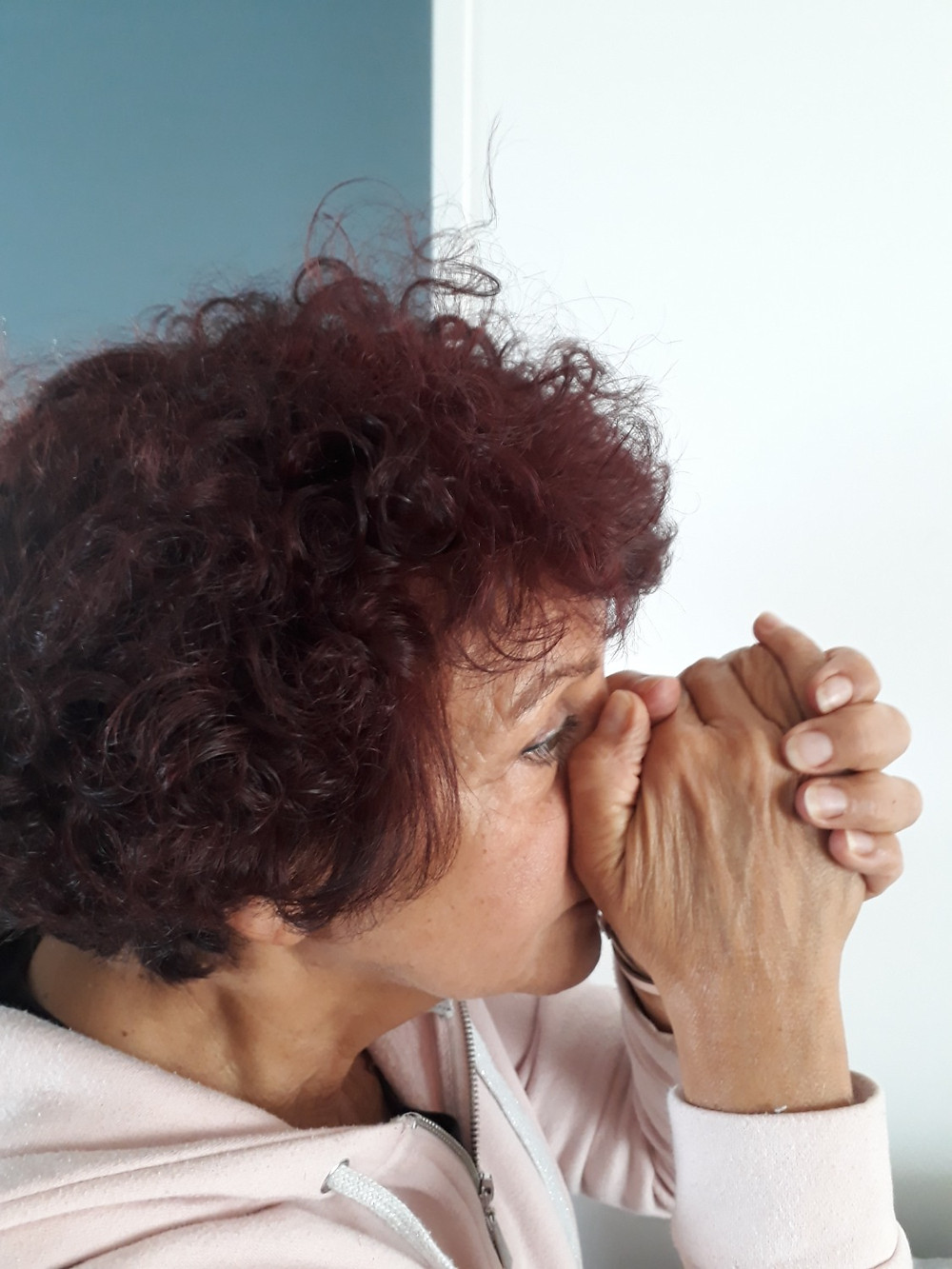 Démo inhalation sèche, respirer dans les mains jointes