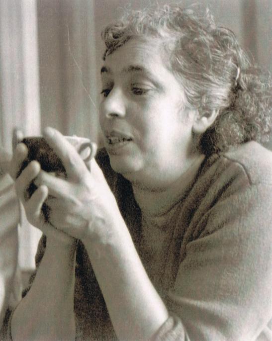 Photo en noir et blanc de Clémentine, ma grand-mère regardant le fond d'une tasse à café