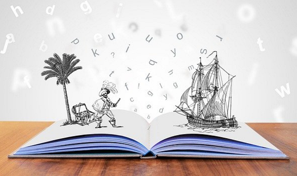 Un livre ouvert, posé sur une table en bois, s'en échappent des lettres, sur la page de droite une caravelle et celle de gauche un palmier, un corsaire et un coffre