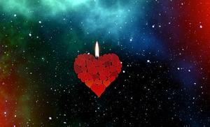 Une flamme sur un cœur suspendu dans l'espace