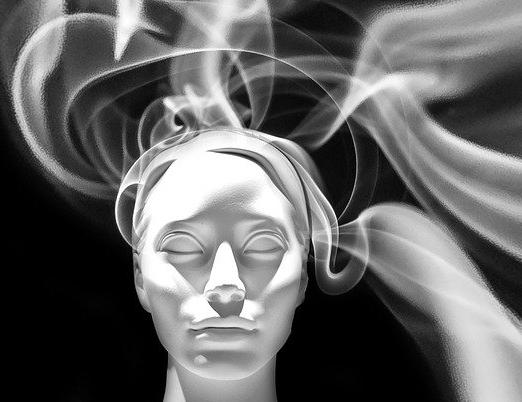 Photo en noir et blanc tête de femme sont s'échappent des volutes de fumée