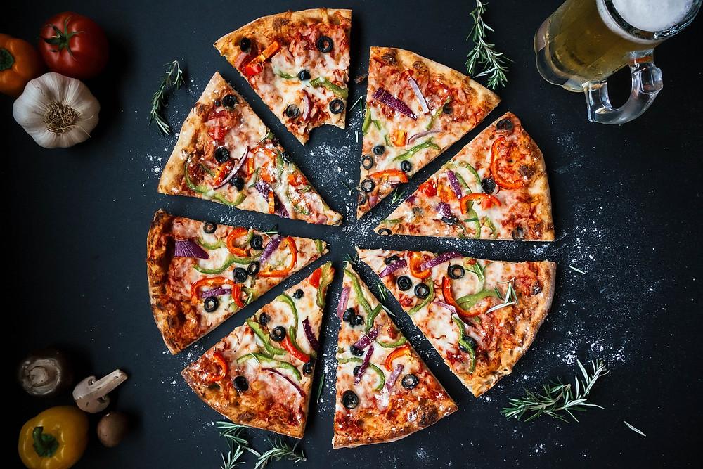 pizza découpée en huit parts