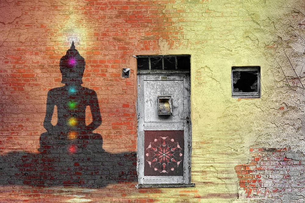 porte et bouddha avec chakras de couleur