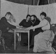 Séance de spiritisme autour d'une table
