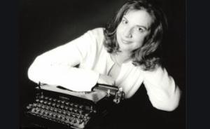 Portrait de l'auteure Eileen Cook accoudée sur une machine à écrire, photo en noir et blanch
