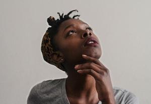 Jeune femme noire, visage levé à la recherche de la signification de ses émotions