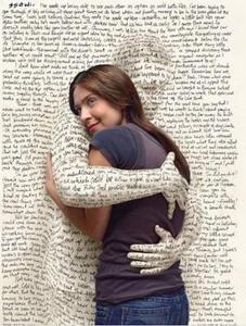 Des bras sortent d'une page pour enlacer une jeune femme