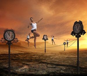 4 femmes dont une en premier plan en équilibre sur des fils reliant des horloges