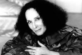 Portrait en noir et blanc de l'auteure Anne Bragance