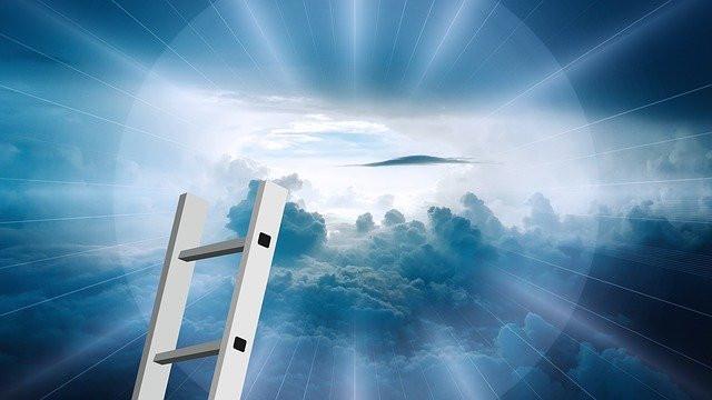 Échelle dressée vers le ciel et la lumière diffuse
