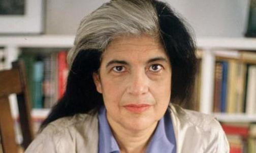 Portrait de Susan Sontag dans une bibliothèque