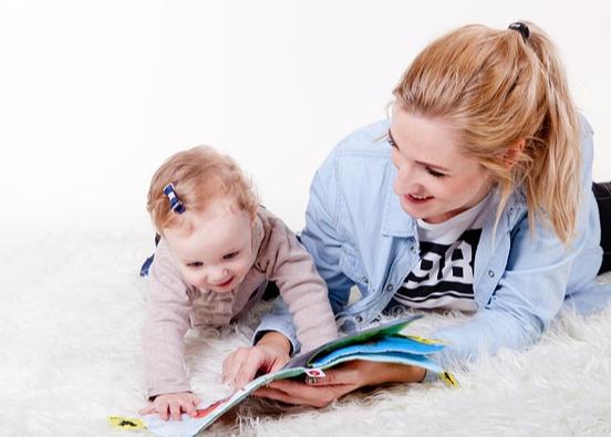 mère et petite fille devant un livre