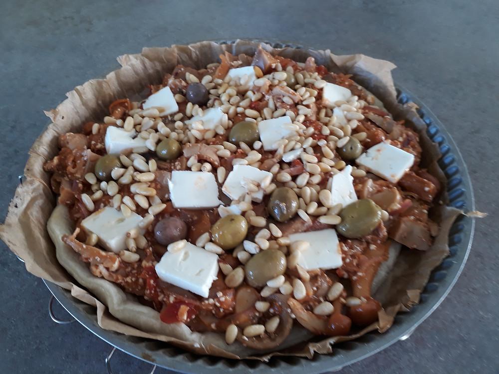 tarte aux champignons avec morceaux de féta et olives