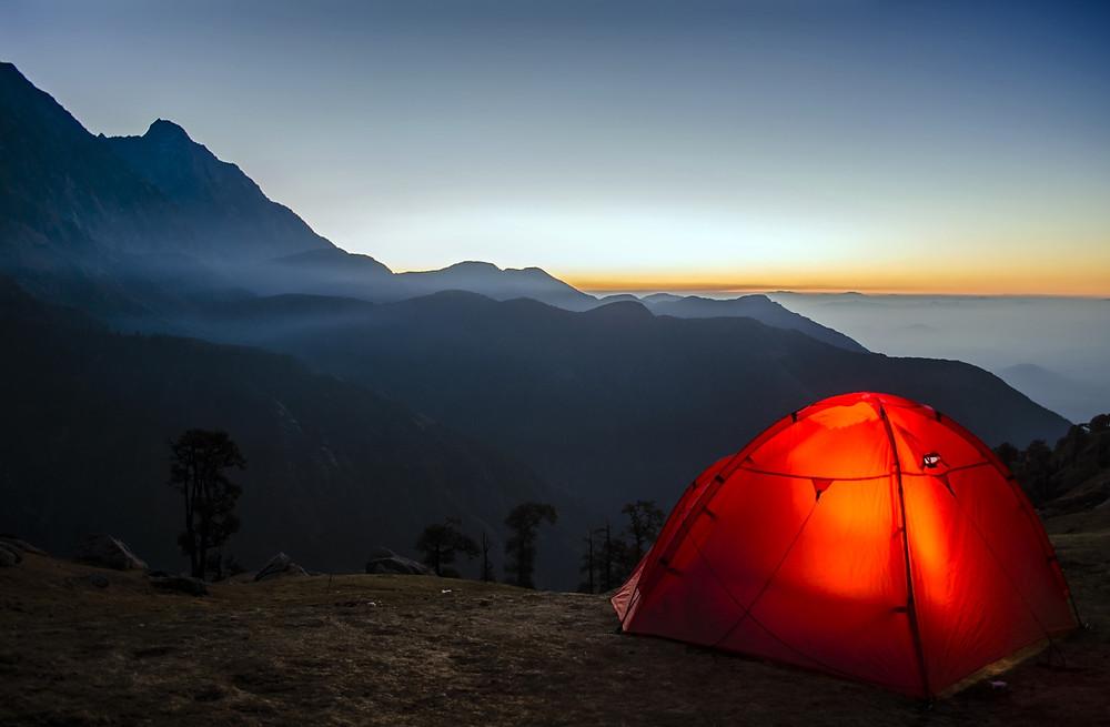 tente rouge en montagne