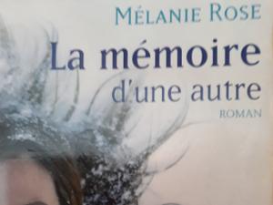 """Une partie de la couverture du livre """" La mémoire d'une autre """" de Mélanie Rose"""