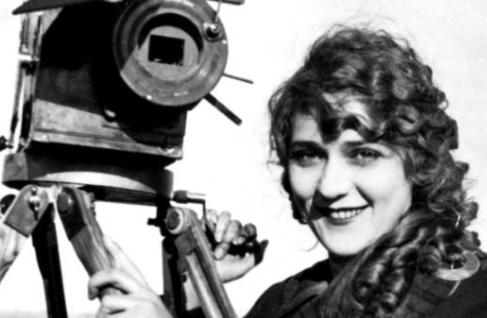 Photo représentant Mary Pickford tenant la manivelle de sa caméra