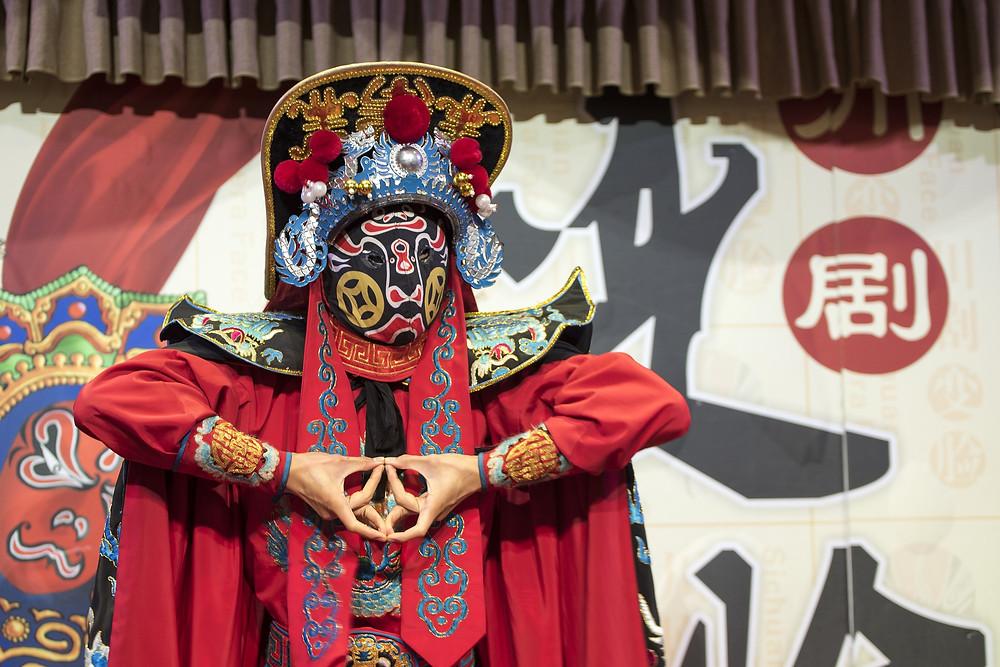 personnage de théâtre chinois vêtu de rouge