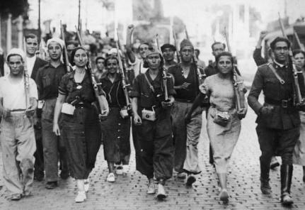Femmes défilant dans les rues de Madrid