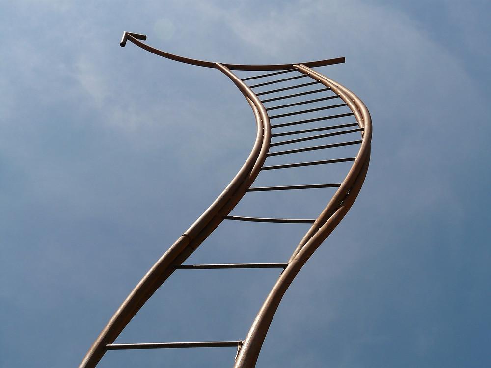 Echelle de métal surmontée d'une flèche se dirige vers le ciel