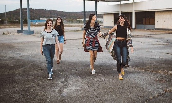 Quatre femmes souriantes sur un parking