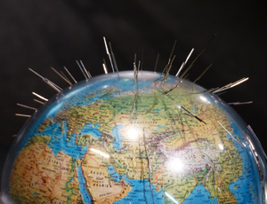 Globe terrestre planté d'aiguilles