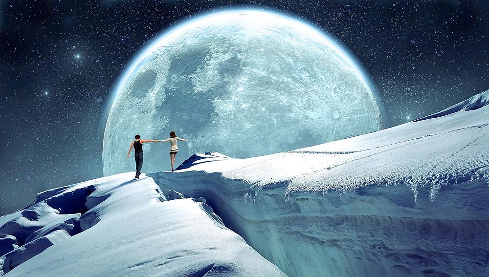 Paysage de glace, un couple s'éloigne en se tenant la main