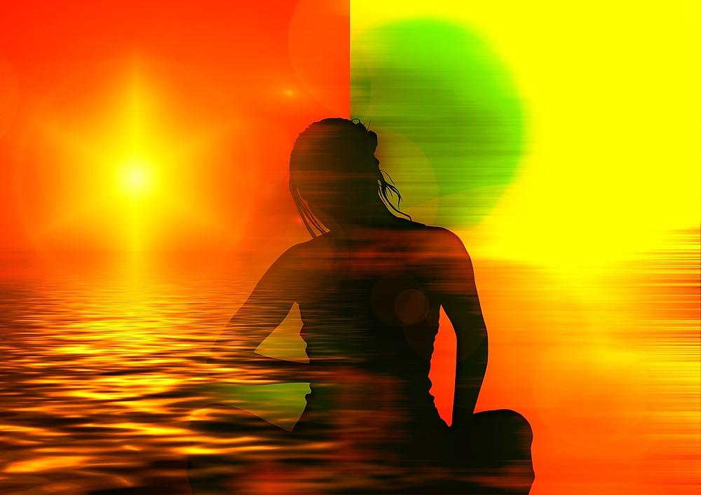 Silhouette de femme sur fond partagé en deux couleurs et ambiances