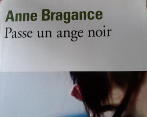 """Une partie de la couverture du livre """" Passe un ange noir """" de Anne Bragance"""