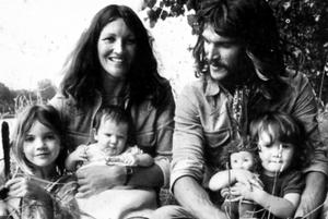 Photo en noir et blanc de France et Christian Guillain avec leurs trois enfants